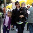 Jennifer Garner a emmené ses enfants Seraphina et Samuel dans la boutique Peek Aren't You Curious à Santa Monica (Los Angeles) le 14 décembre 2013
