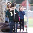 Jennifer Garner allant chercher sa fille Violet après son tournoi de foot et son trophée, à Pacific Palisades (Los Angeles) le 15 décembre 2013. Elle rejoint son autre fille, Seraphine.
