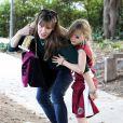 Jennifer Garner allant chercher sa fille Violet après son tournoi de foot et son trophée, à Pacific Palisades (Los Angeles) le 15 décembre 2013