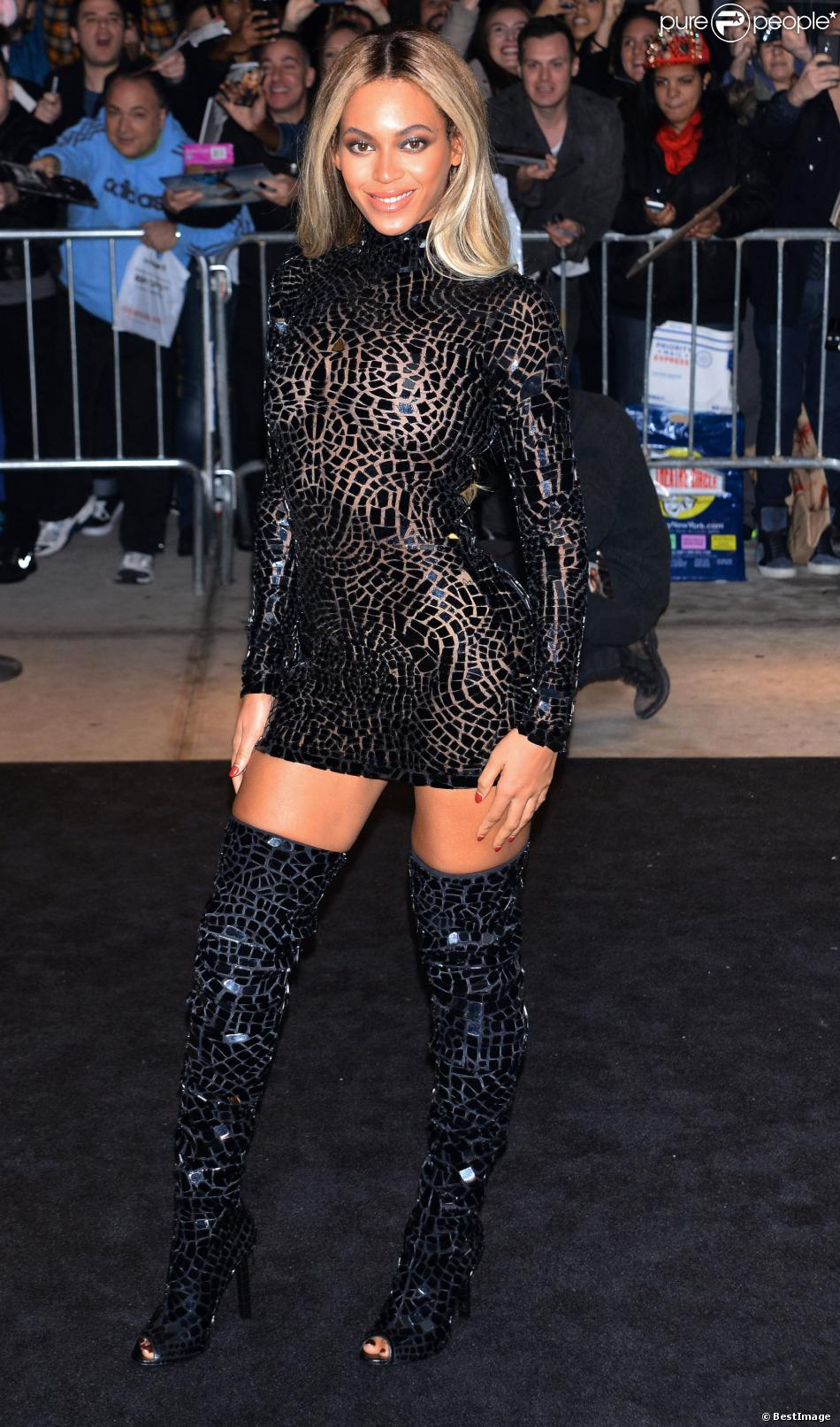 Beyoncé Knowles, sexy à son arrivée à l'Ecole des arts visuels de New York pour fêter la sortie de son nouvel album, Beyoncé. Le 21/12/2013