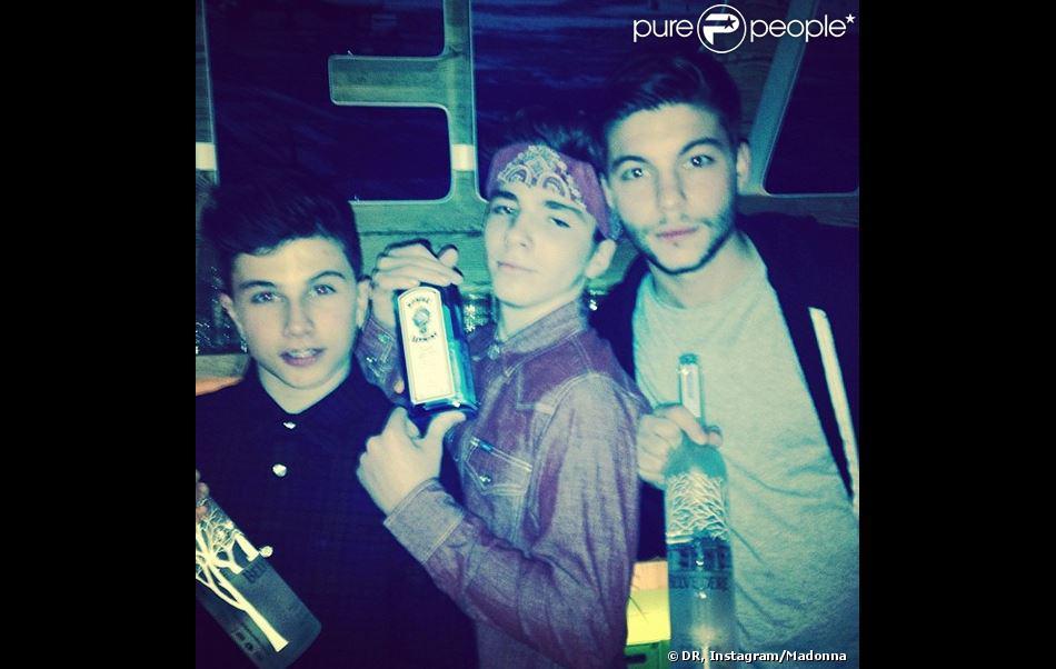 Rocco pose avec des amis, tenant de l'alcool, sur Instagram, le 5 janvier 2014.