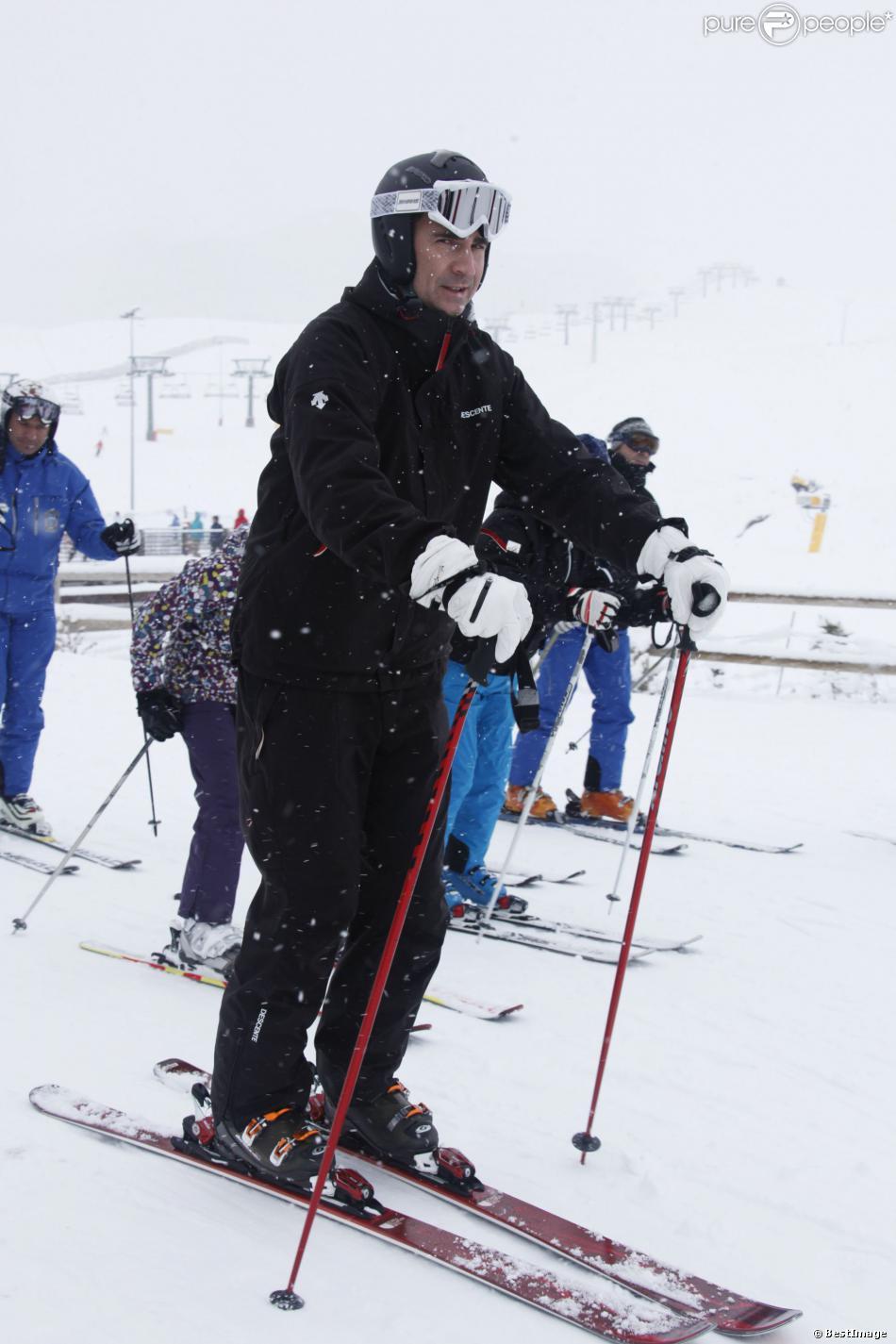 Loin du scandale et de la pression médiatique, le prince Felipe d'Espagne fait du ski dans la station de Formigal en Espagne le 19 janvier 2014.