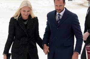 Mette-Marit et Haakon de Norvège : Main dans la main pour saluer un homme modèle