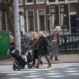 Michael Bublé se promène avec sa femme Luisana Lopilato et leur fils à Amsterdam, le 19 janvier 2014.
