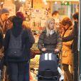 Michael Bublé dans les rues d'Amsterdam avec sa femme Luisana Lopilato et leur fils, le 19 janvier 2013.