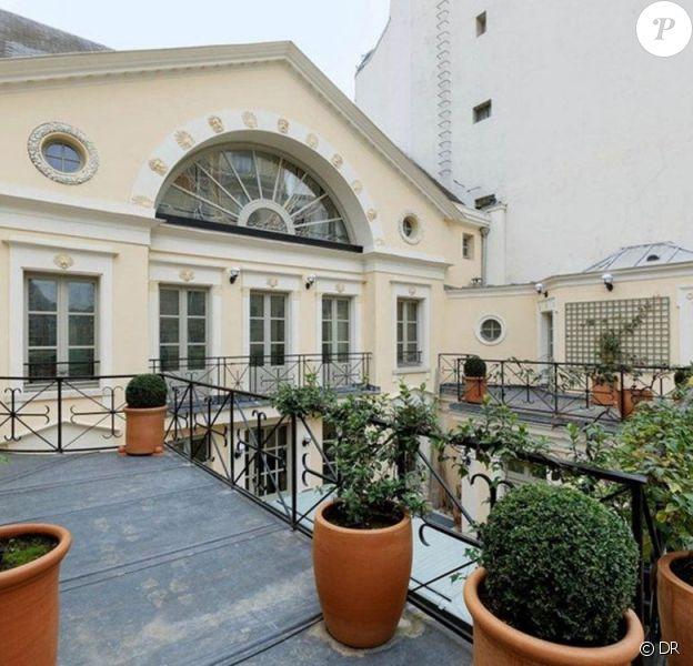 L'hôtel particulier de Gérard Depardieu, situé dans le VIe arrondissement de Paris à Saint-Germain-des-Prés et estimé à 50 millions d'euros a été mis en vente. La prestigieuse demeure, acquise en 2003 et construite au XIXe sicèle, comprenant l'hôtel de Chambon, offre des prestations exceptionnelles et uniques