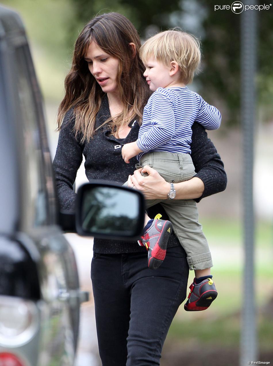 Jennifer Garner s'éclate au parc avec son fils Samuel, Westwood, Los Angeles, le 24 Janvier 2014.