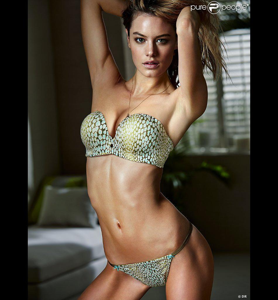 Camille Rowe pose pour Victoria's Secret.