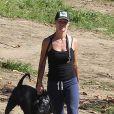 Jennie Garth en promenade avec son gros chien à Los Angeles le 4 novembre 2012.