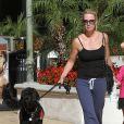 Jennie Garth tient son chien à Los Angeles le 4 novembre 2012.