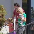 Jennie Garth avec son nouveau boyfriend Jeremy Salken et ses filles avec son chien le 11 avril 2013 à Los Angeles.