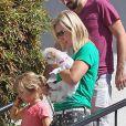 L'actrice Jennie Garth avec son nouveau boyfriend Jeremy Salken et ses filles avec son chien le 11 avril 2013 à Los Angeles.