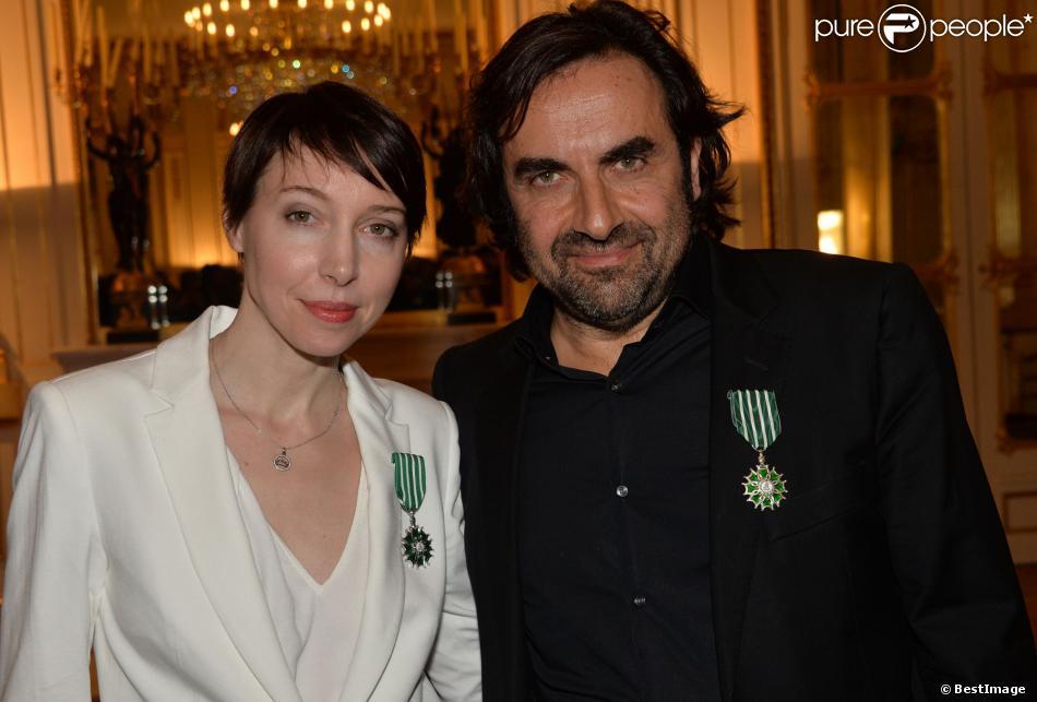 André Manoukian et Jeanne Cherhal reçoivent les Insignes de l'ordre des Arts et des Lettres des mains de la ministre de la Culture Aurélie Filippetti à Paris, le 29 janvier 2014.