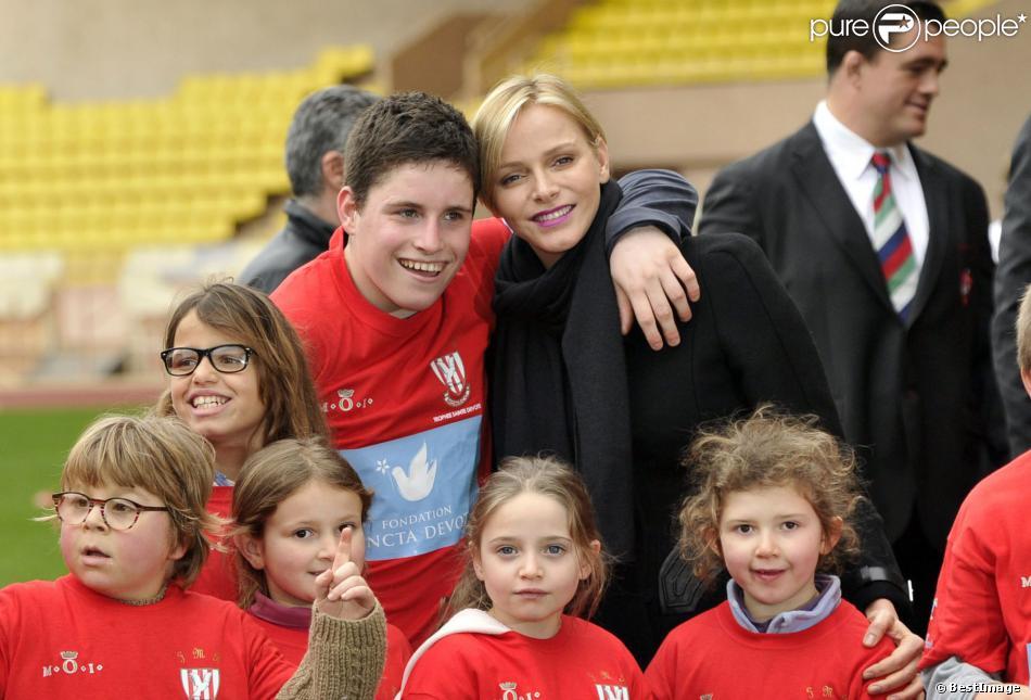 La princesse Charlene de Monaco au milieu des enfants lors du 4e Challenge Sainte-Dévote de Rugby au Stade Louis II de Monaco, le 1er février 2014