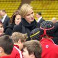 La princesse Charlene de Monaco discute avec les enfants lors du 4e Challenge Sainte-Dévote de Rugby au Stade Louis II de Monaco, le 1er février 2014