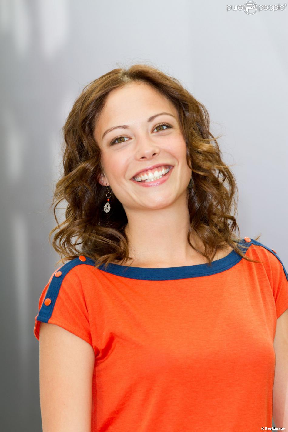 """Dounia Coesens - Photocall avec les acteurs de la série """"Plus belle la vie"""" au 52e festival de la Télévison de Monte-Carlo. Le 13 juin 2011."""
