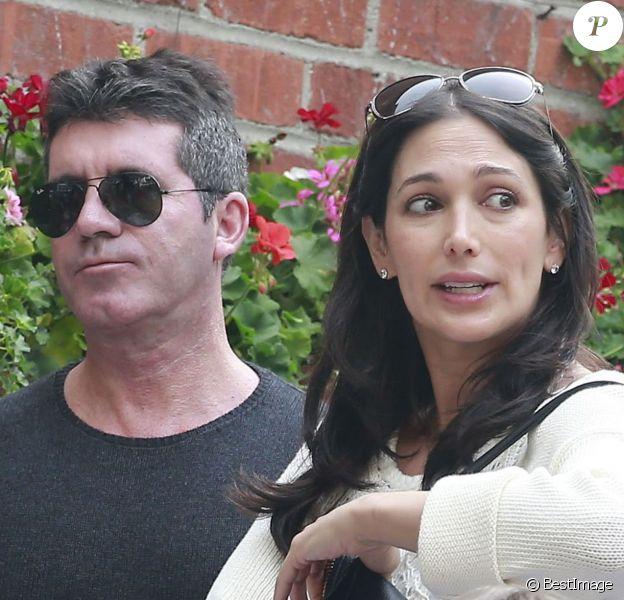 """Simon Cowell et sa petite amie Lauren Silverman, enceinte, déjeunent au restaurant """"The Ivy"""" à West Hollywood, le 26 octobre 2013."""