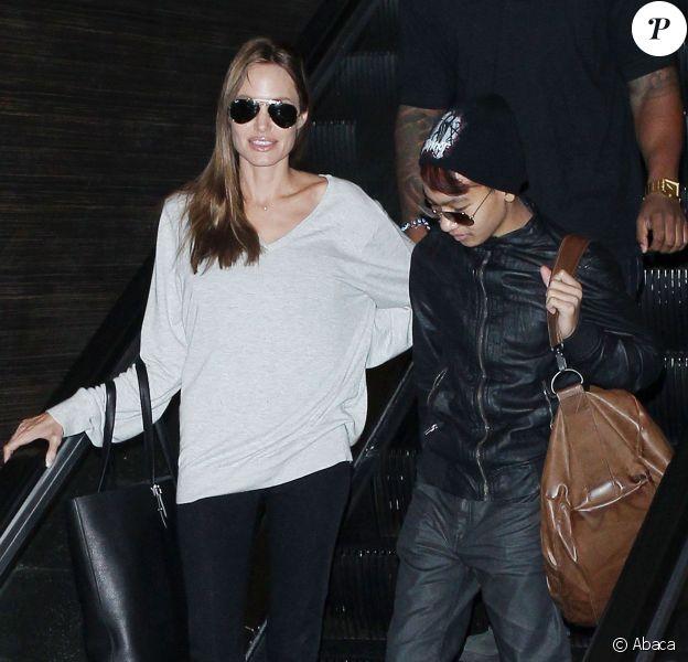 Angelina Jolie et son fils Maddox, complices, arrivent au LAX à Los Angeles, le 14 février 2014.