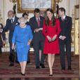 Elizabeth II et la duchesse Catherine de Cambridge, en Alexander McQueen, lors de la réception organisée le 17 février 2014 à Buckingham Palace pour célébrer les soixante ans du patronage de la Royal Academy of Dramatic Art par la reine Elizabeth II.