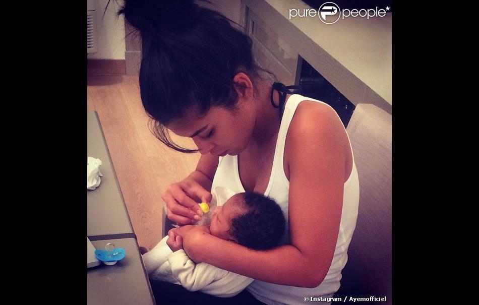 """Ayem Nour dévoile un cliché d'elle et d'un bébé, """"son petit protégédu Gabon"""", sur son compte Instagram."""