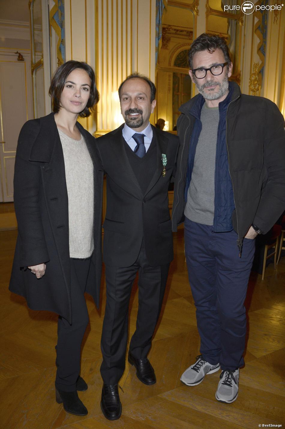 Bérénice Bejo, Asghar Farhadi et Michel Hazanavicius lorsque le cinéaste iranien a été décoré Officier de l'ordre des Arts et des Lettres au ministère de la Culture à Paris le 27 février 2014