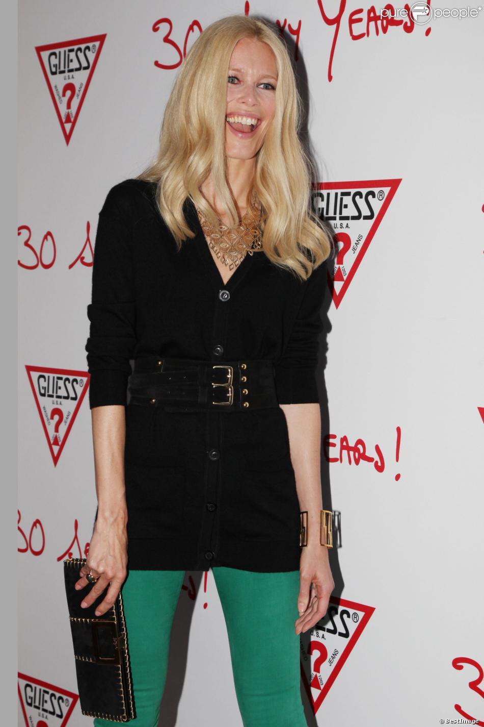 Claudia Schiffer arrive au 30e anniversaire de la marque Guess à Paris en mai 2012