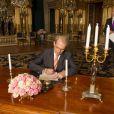 Le président du Parlement suédois Per Westerberg contresignant le 26 février 2014 au palais royal à Stockholm l'acte officiel de naissance et de titulature de la princesse Leonore de Suède.