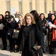 Catherine Deneuve lors du défilé Louis Vuitton durant la Paris Fashion Week, à la Cour Carrée du Louvre à Paris, le 5 mars 2014.