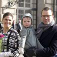 La princesse héritière Victoria de Suède, le prince Daniel et leur fille, la princesse Estelle, lors de la cérémonie organisée à l'occasion du jour de la Sainte Victoria dans la cour intérieur du palais royal à Stockholm, le 12 mars 2014.