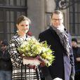 La princesse Victoria, les bras chargés de fleurs, le prince Daniel et leur fille la princesse Estelle de Suède lors de la cérémonie organisée à l'occasion du jour de la Sainte Victoria dans la cour intérieur du palais royal à Stockholm, le 12 mars 2014.