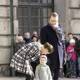 La princesse Victoria, le prince Daniel et leur fille la princesse Estelle de Suède lors de la cérémonie organisée à l'occasion du jour de la Sainte Victoria dans la cour intérieur du palais royal à Stockholm, le 12 mars 2014.