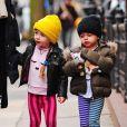 Les jumelles de Sarah Jessica Parker Marion et Tabitha Broderick sur le chemin de l'ecole accompagnées de leur nounou à New York, le 16 janvier 2014. - New York