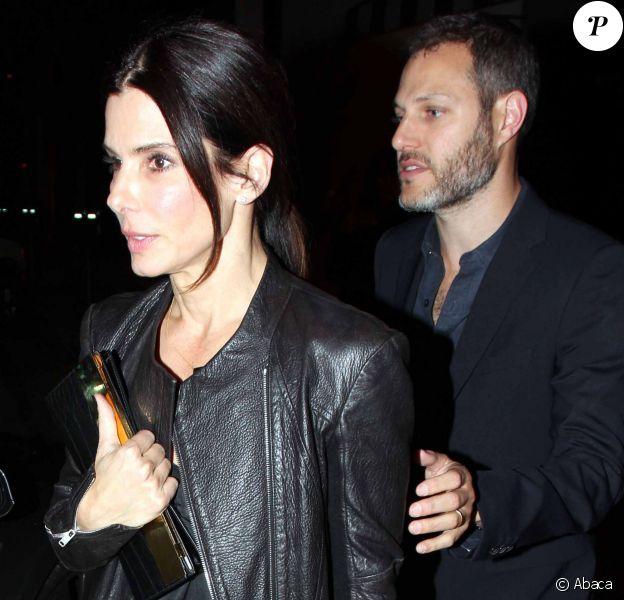 Sandra Bullock et un mystérieux inconnu quittent Craig's à West Hollywood, Los Angeles, le 12 mars 2014.