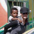 Sandra Bullock et son fils Louis Bardo à Los Angeles, le 26 mars 2013.