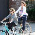 Cindy Crawford, son mari Rande Gerber et leur fille Kaia font du vélo à Malibu par une belle journée ensoleillée, le 16 mars 2014.