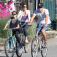 Cindy Crawford, son mari Rande Gerber et leur fille Kaia font du vélo à Malibu, le 16 mars 2014. Une famille unie sous le soleil californien