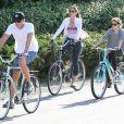 Cindy Crawford, son mari Rande Gerber et leur fille Kaia font du vélo à Malibu, le 16 mars 2014.