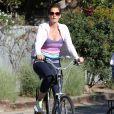 Cindy Crawford, en forme et souriante, son mari Rande Gerber et leur fille Kaia font du vélo à Malibu, le 16 mars 2014.