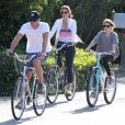 Le top américain Cindy Crawford, son mari Rande Gerber et leur fille Kaia font du vélo à Malibu, le 16 mars 2014.