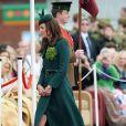 Le prince William, en sa qualité de colonel du régiment des Irish Guards, et la duchesse Catherine de Cambridge participaient aux Mons Barracks d'Aldershot, le 17 mars 2014, à la Saint Patrick des Irish Guards, au cours de laquelle Kate avait pour mission de distribuer l'emblématique trèfle porte-bonheur.