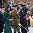 Kate Middleton accompagnait le prince William aux Mons Barracks d'Aldershot, le 17 mars 2014, pour la Saint Patrick des Irish Guards, au cours de laquelle la duchesse de Cambridge avait pour mission de distribuer l'emblématique trèfle porte-bonheur.