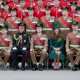 Le prince William et son épouse Kate lors de la photo souvenir le 17 mars 2014 aux Mons Barracks d'Aldershot pour la Saint Patrick des Irish Guards, au cours de laquelle Catherine avait pour mission de distribuer l'emblématique trèfle porte-bonheur.