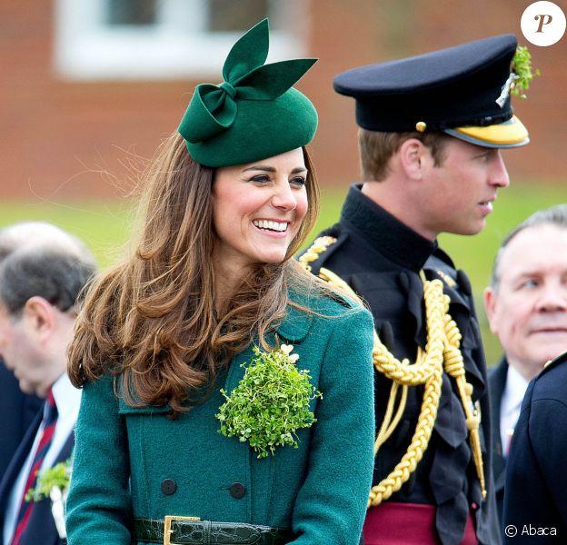 Le prince William et son épouse Kate, duchesse de Cambridge, étaient le 17 mars 2014 aux Mons Barracks d'Aldershot pour la Saint Patrick des Irish Guards, au cours de laquelle Catherine avait pour mission de distribuer l'emblématique trèfle porte-bonheur.