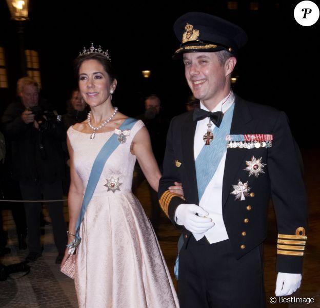 La princesse Mary et le prince Frederik de Danemark arrivant au dîner de gala donné au palais Christian VII, à Copenhague, le 17 mars 2014 en l'honneur de la venue du président turc Abdullah Gül et son épouse.