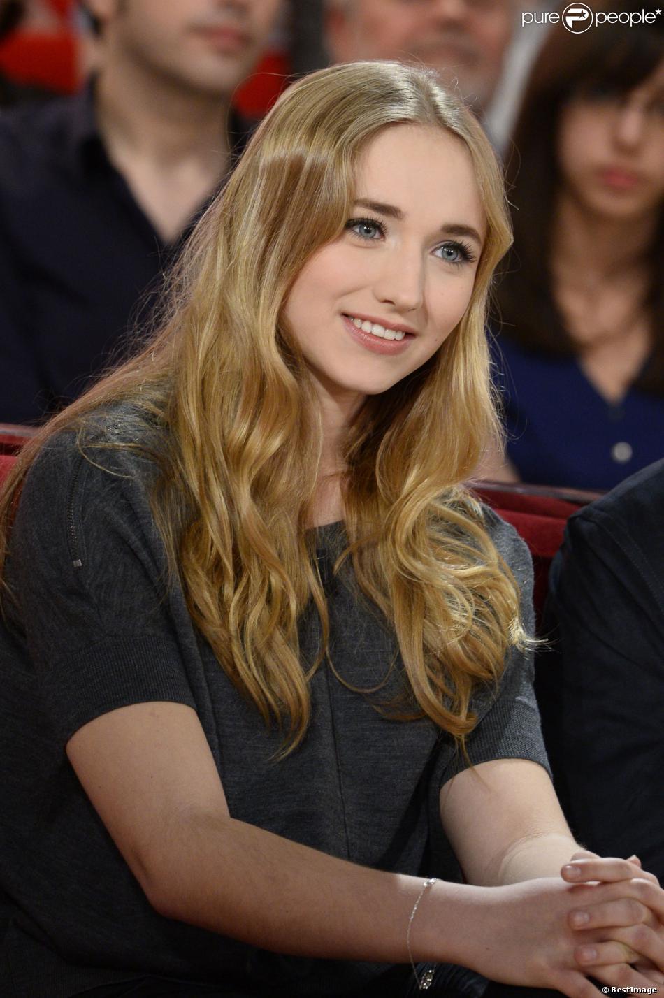 Chloé Jouannet, fille d' Alexandra Lamy, lors de l'émission Vivement dimanche, enregistrée le 19 mars 2014 à Paris et diffusée sur France 2 le 23 mars