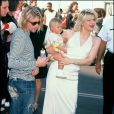 Kurt Cobain en compagnie de Kurt Cobain avec leur fille France à Los Angeles, le 7 septembre 1993.