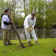 Le roi Willem-Alexander des Pays-Bas et son épouse ont aidé à planter des piquets pour une clôture au parc animalier Akkertje de Rijswijk, le 21 mars 2014 pour la 10e Journée du bénévolat organisée par leur fondation, le Fonds Orange.