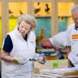 La princesse Beatrix des Pays-Bas aide à vernir du mobilier à Zeewolde, sur un site de l'Institut pour l'Education environnementale et le développement durable, le 21 mars 2014 pour la 10e Journée du bénévolat organisée par le Fonds Orange.