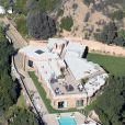Voici la villa que Rihanna met en vente pour 14 995 000 dollars. Située dans le quartier de Pacific Palisades à Los Angeles, elle s'étend sur un peu plus de 1000m² et possède 7 chambres et 9 salles de bain.