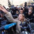Sabine Kehm, manager de Michael Schumacher, face à la meute des médias le 1er janvier 2014 au CHU de Grenoble.